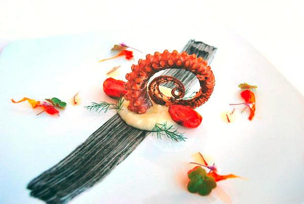 Polpo grigliato con purè di patate, pomodorini confit ed olio aromatizzato